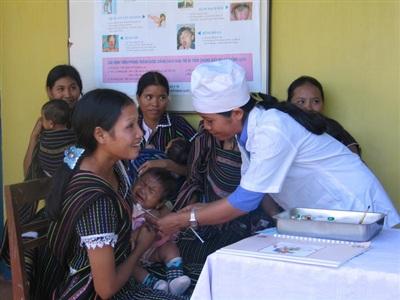 Tiêm vắc xin là một trong các biện pháp phòng ngừa bạch hầu. Ảnh: TCMR.