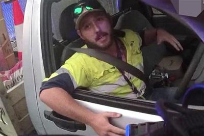 Người đàn ông có tênJimmy, 27 tuổi đối mặt với rắn độc kinh dị nhất thế giới khi lái xe trên đường cao tốc ở Australia