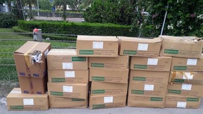 Nhiều thùng chứa thuốc được người dân phát hiện tại vỉa hè Đại lộ Thăng Long ngày 01/7/2020.