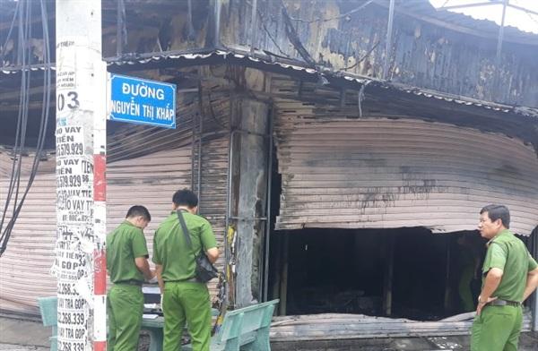 Lực lượng chức năng khám nghiệm hiện trường vụ cháy.