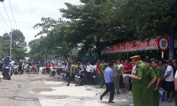 Người dân tập trung rất đông tại khu vực hiện trường vụ cháy để theo dõi vụ việc.
