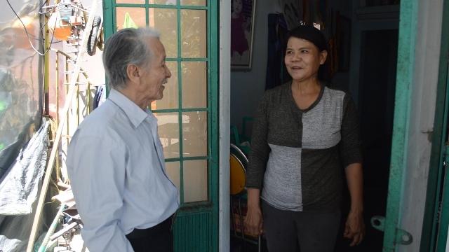 Ông bảy Phơ đến thăm hỏi gia đình có hoàn cảnh khó khăn trong tổ dân phố