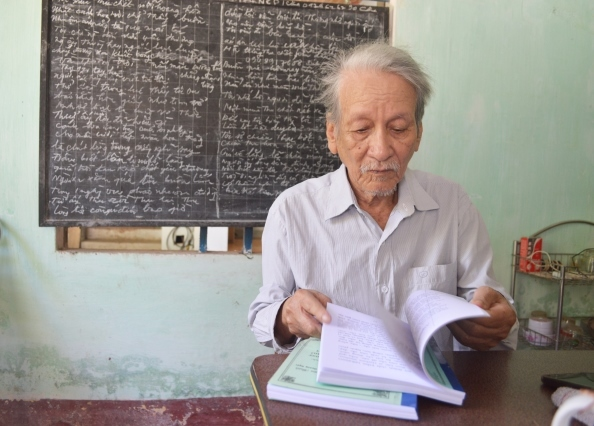 Ông Tạ Phơ vẫn ngày ngày đọc sách, sống cuộc sống bình dị trong căn nhà cấp 4 cũ kỹ của mình