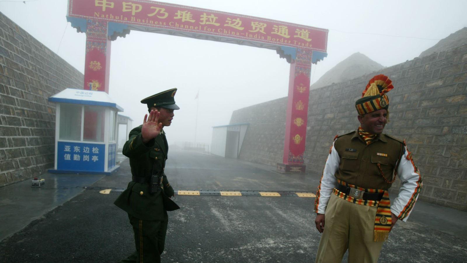 Binh sĩ Trung Quốc đứng gần một người lính Ấn Độ tại cửa khẩu biên giới Nathu La ở Sikkim năm 2008. Ảnh: AFP