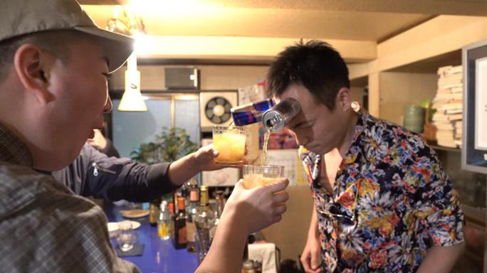Shunichi Kanno của Nhật Bản dùng trán giữ lon nước và rót ra mà không dùng tay