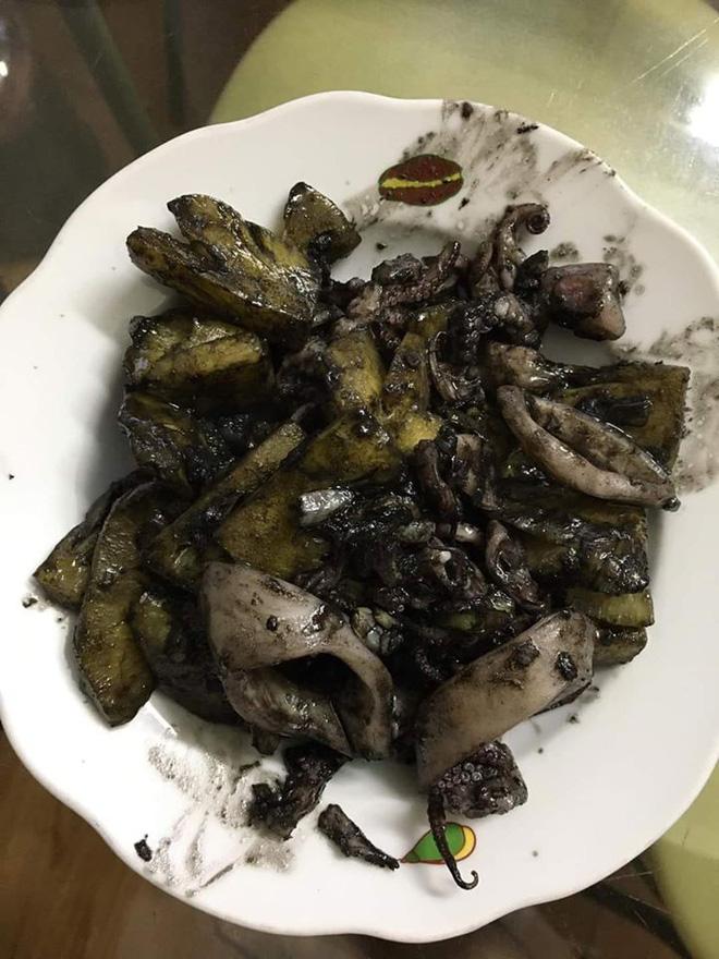 Những món ăn nhuộm màu 'hắc ám' liên tục xuất hiện trong hội Ghét bếp. - (Ảnh: Phạm Hiếu, Mai Thị Bích Hằng, Huyền Nguyễn, Hà Thanh, Cong Cong)