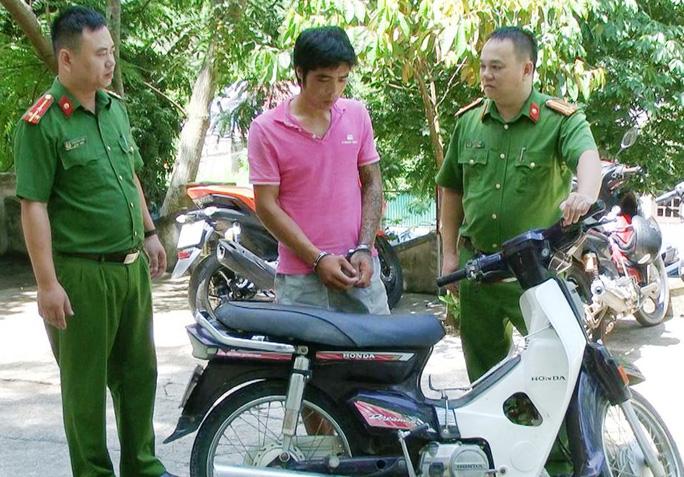 Hà Văn Duẩn và chiếc xe máy tang vật