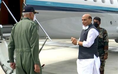 Bộ trưởng Quốc phòng Ấn Độ Rajnath Singh lên máy bay tới Nga sáng 22/6. Ảnh: ANI.