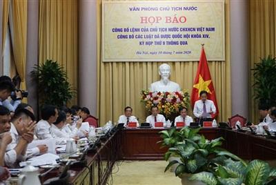 Họp báo công bố Lệnh của Chủ tịch nước công bố các Luật đã được Kỳ họp thứ 9 - Quốc hội khóa XIV thông qua. Ảnh: LB.
