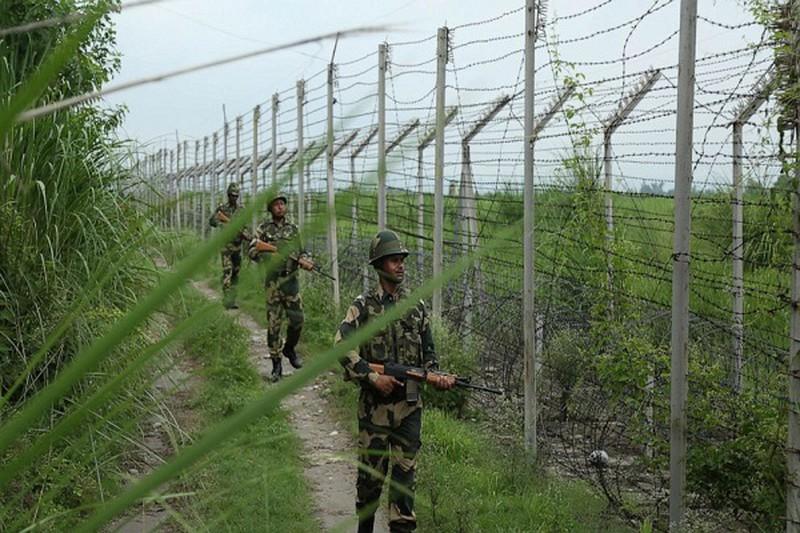 Lực lượng An ninh Biên giới Ấn Độ (BSF) tuần tra tại biên giới với Pakistan, cách khu vực Jammu 35 km ngày 13/8/2019. Ảnh: AP