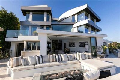 Villa của nam ca sĩ xây dựng theo phong cách hiện đại với hai gam màu trắng - đen chủ đạo.