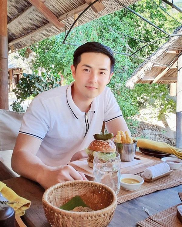 Những thành công của Ông Cao Thắng đạt được không chỉ nhờ tài năng của anh mà còn có sự hậu thuẫn lớn từ gia đình. Anh chính là con trai ông chủ doanh nghiệp Tân Hiệp Hưng – một trong những thương hiệu kinh doanh hàng nhựa lớn nhất Việt Nam.