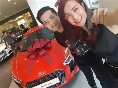 Ông Cao Thắng cũng đã dành tặng cho vợ mình món quà là một chiếc xe Audi trị giá 13 tỷ đồng sau nhiều năm cả hai đã vất vả cùng nhau làm việc.