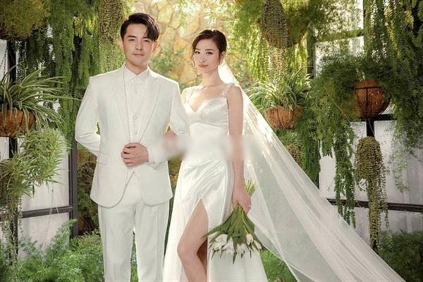 Đám cưới có sự góp mặt của bạn bè của cặp đôi 'trai tài gái sắc' này diễn ra vào tháng 11/2019 tại một khu du lịch 5 sao nổi tiếng ở Phú Quốc. Ông Cao Thắng và Đông Nhi quyết định 'chơi lớn' khi lo toàn bộ nơi ở và vé máy bay cho 500 khách mời tham dự tiệc cưới.