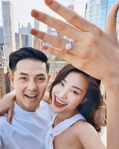 Nam ca sĩ đặc biệt giản dị nhưng lại yêu chiều vợ hết mức, anh cầu hôn Đông Nhi bằng chiếc nhẫn kim cương có giá 126.000 USD, tương đương 2,9 tỷ đồng,