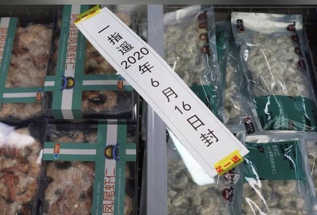 Sản phẩm tôm nhập khẩu được bán tại một chợ ở Bắc Kinh. Ảnh: Reuters