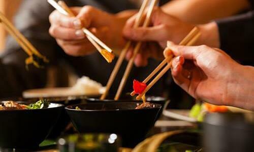 Dùng đũa riêng gắp thức ăn chung rất dễ lây lan khuẩn HP