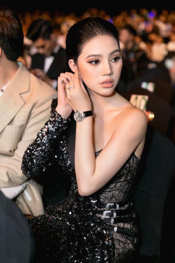 Đi dự sự kiệnnăm 2018, Jolie mang khuyên tai 315 triệu, nhẫn 300 triệu và đồng hồ Cartier 1.3 tỷ VNĐ.