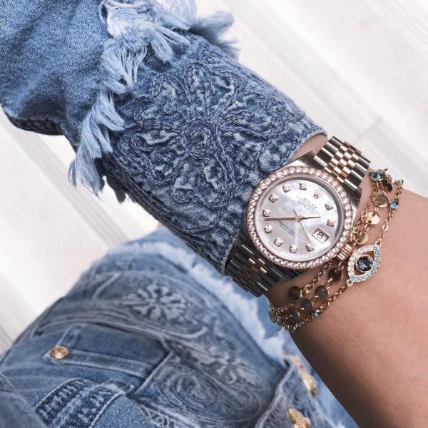 Trong sinh nhật 21 tuổi, Jolie tự mua tặng mình đồng hồ đính kim cương của Rolex, trị giá hơn 500 triệu VNĐ.