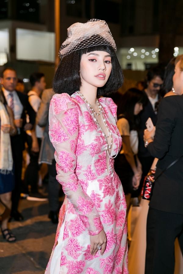 Khi tham dự tuần lễ thời trang quốc tế Việt Nam, Jolie Nguyễn mô phỏng phong cách cổ điển của Coco Chanel. Cả set đồ của cô có giá trị lên tới hơn 4.5 tỷ, bao gồm trang sức 1.5 tỷ, nhẫn kim cương 3 tỷ, vòng ngọc trai 120 triệu VNĐ.