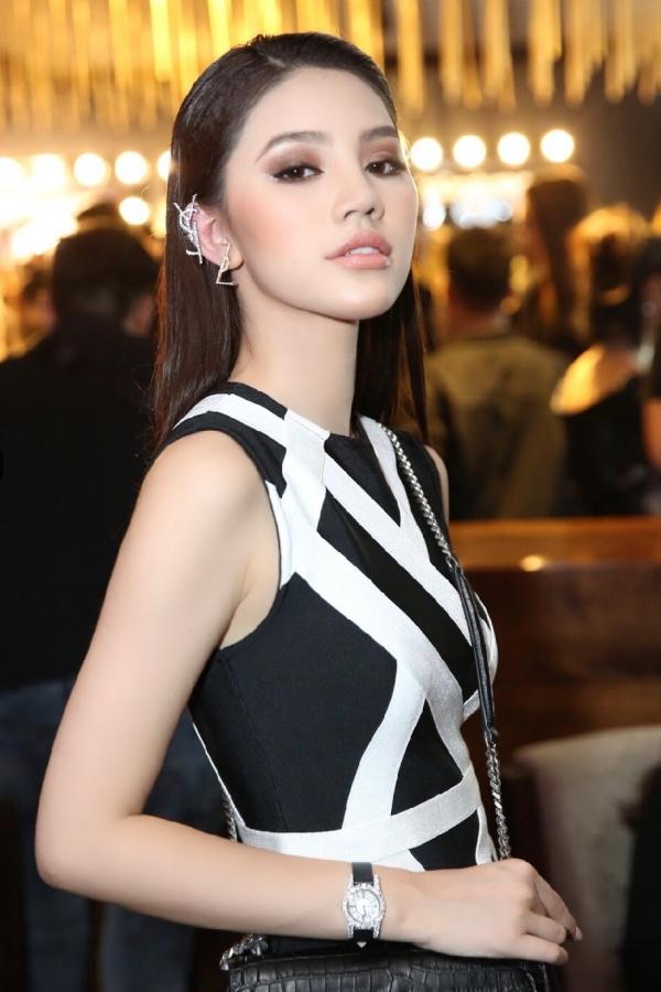 Nhưng chiếc đồng hồ chưa là gì so với mẫu Chopard mà Jolie đang đeo trên tay, tầm 1.5 tỷ VNĐ.