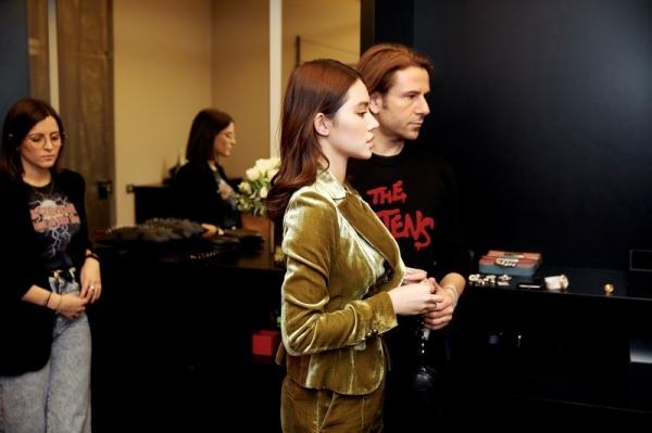 Khi đến Ý, Jolie đi mua sắm liền được mời vào phòng VIP trong 1 cửa hàng đồ hiệu. Đây là đãi ngộ dành riêng cho những khách hàng lớn, phải tiêu phí đến 1 con số nhất định và mua hàng thường xuyên.