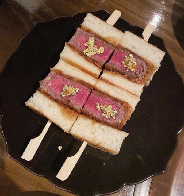Năm 2019, Jolie Nguyễn đã đến Hàn Quốc và thưởng thức những món ăn đắt đỏ nhất tại nơi đây, như sandwich bò wagyu và bò wagyu ăn kèm trứng cá muối caviar dát vàng. Không rõ hóa đơn tổng cộng bao nhiêu nhưng nhiều người đoán cũng phải chục triệu là ít.