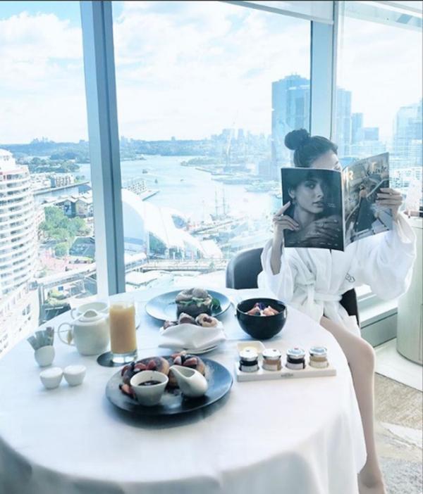 Cô còn dùng bữa sáng tại khách sạn The Peninsula ở Hongkong, tốn kém ít nhất 75 triệu VNĐ/ đêm.