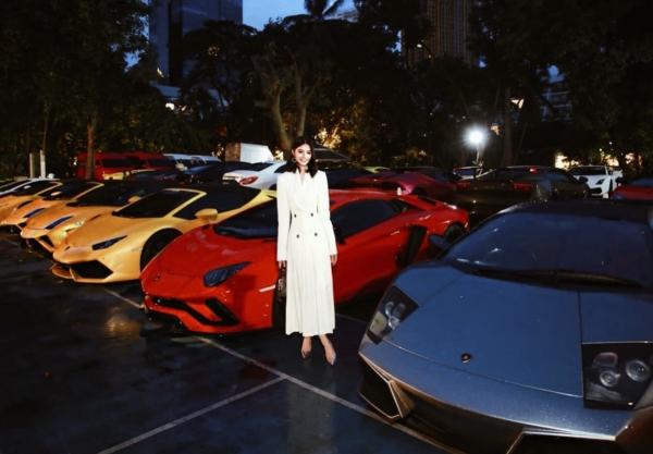 Ngoài ra thì Jolie Nguyễn còn rất thích chơi siêu xe. Có 1 lần, cô chia sẻ ảnh bên chiếc siêu xe có giá ít nhất 20 tỷ VNĐ, khiến cộng đồng mạng choáng váng.