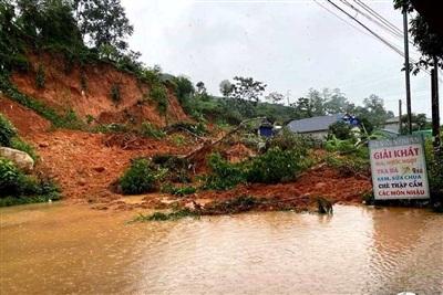Sạt lở đất tại quốc lộ 32 huyện Tân Uyên