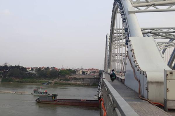 Khu vực bị can ném thi thể nạn nhân xuống sông - Ảnh: Infonet