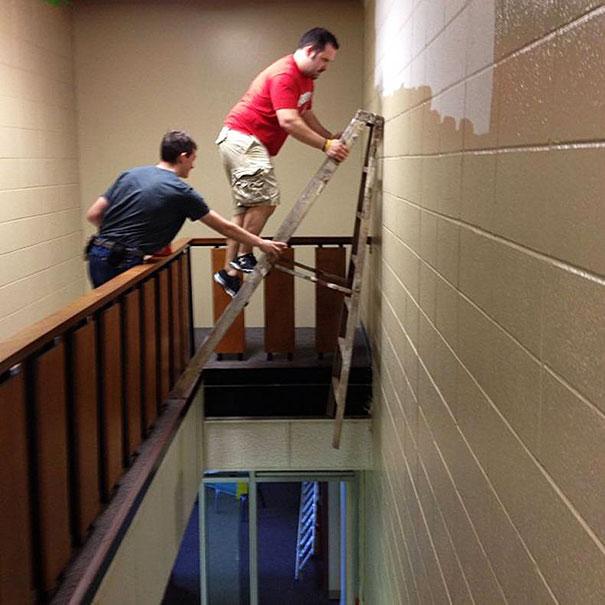 1. Cái thang chỉ cần nghiêng đi 1 chút thì quả thật không dám hình dung anh chàng áo đỏ sẽ ra sao nữa.