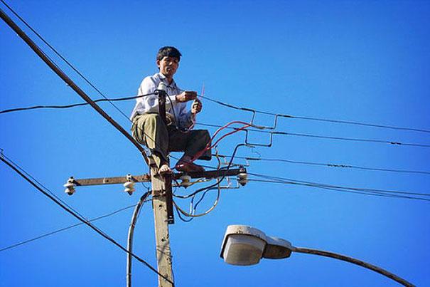 11. Tôi không nhìn lầm đấy chứ? Anh ấy đang không có một món đồ bảo hộ nào, ngồi nối dây điện hả?
