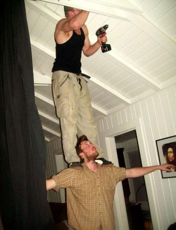 17. Hai anh chàng diễn xiếc, sao không dùng 1 cái thang cho rồi.