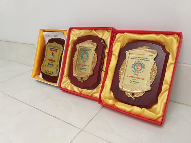 Cận cảnh tấm bằng mạ vàng chỉ dành cho học sinh giỏi của trường THPT Thủ Đức (TP.HCM)