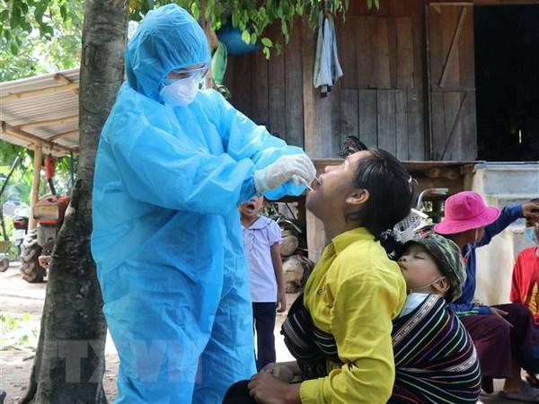 Nhân viên y tế lấy mẫu xét nghiệm bạch hầu tại buôn Diêo, xã Bông Krang, huyện Lắk, tỉnh Đắk Lắk. (Ảnh: TTXVN)