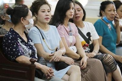 Cha của bị cáo Dương cùng nhiều người thân khác có mặt theo dõi phiên tòa sơ thẩm.