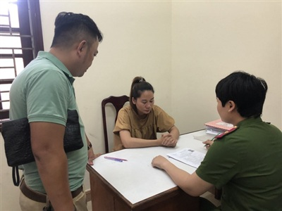 Cảnh sát lấy lời khai của 'tú bà' Hương - Ảnh: Tri thức trực tuyến