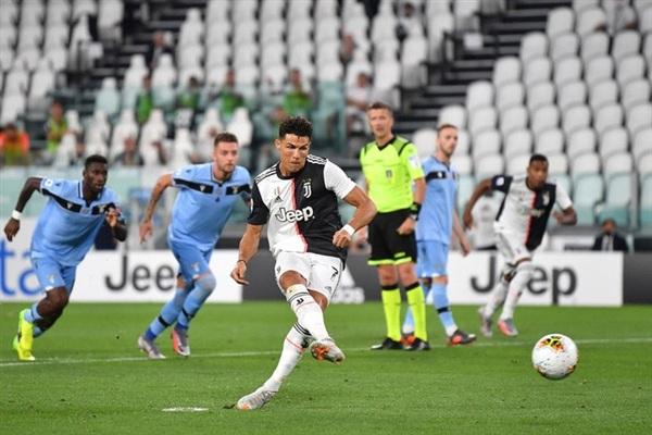 Sau khi hiệp 2 bắt đầu chừng 6 phút, Juventus may mắn được hưởng một quả phạt đền do trọng tài tham khảo VAR và xác nhận đã có tình huống để bóng chạm tay của cầu thủ đội khách trong vùng cấm. Ronaldo bước lên và không mắc bất kỳ sai lầm nào.