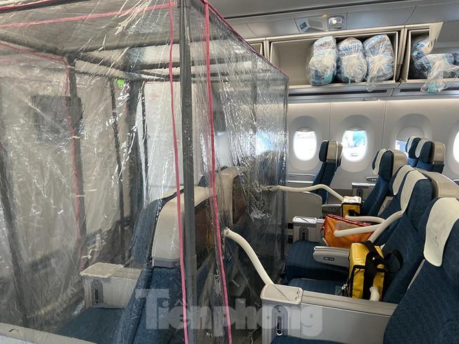 Bên trong chuyến bay đặc biệt đưa các công dân mắc Covid-19 về nước. Ảnh: Tiền Phong.