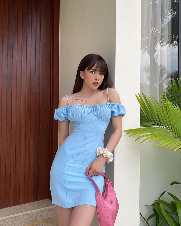 Cô yêu thích các outfit có gam màu pastel, nhẹ nhàng và ưu tiên những item đơn sắc.
