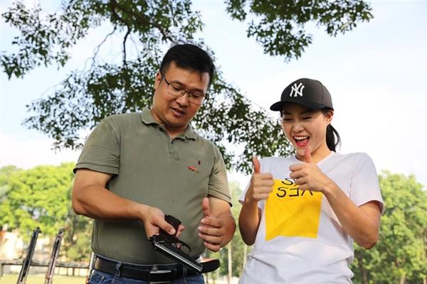 Nam MC hướng dẫn diễn viên Thanh Hương cách tháo, lắp súng trong đợt ghi hình 'Xạ thủ đua tài' mùa 2