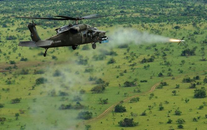 Một trực thăng UH-60 Black Hawk khai hỏa tên lửa Spike do Israel sản xuất.