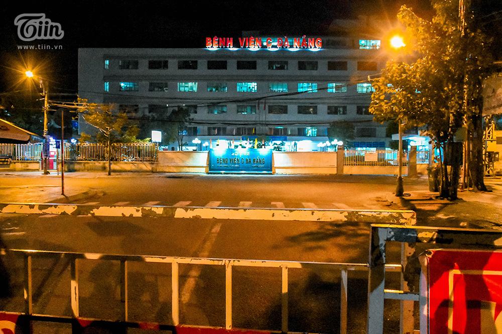 Bệnh viện C Đà Nẵng trước thời khắc thực hiện gỡ bỏ lệnh cách ly: Cổng đóng, khu vực trước bệnh viện không bóng người.
