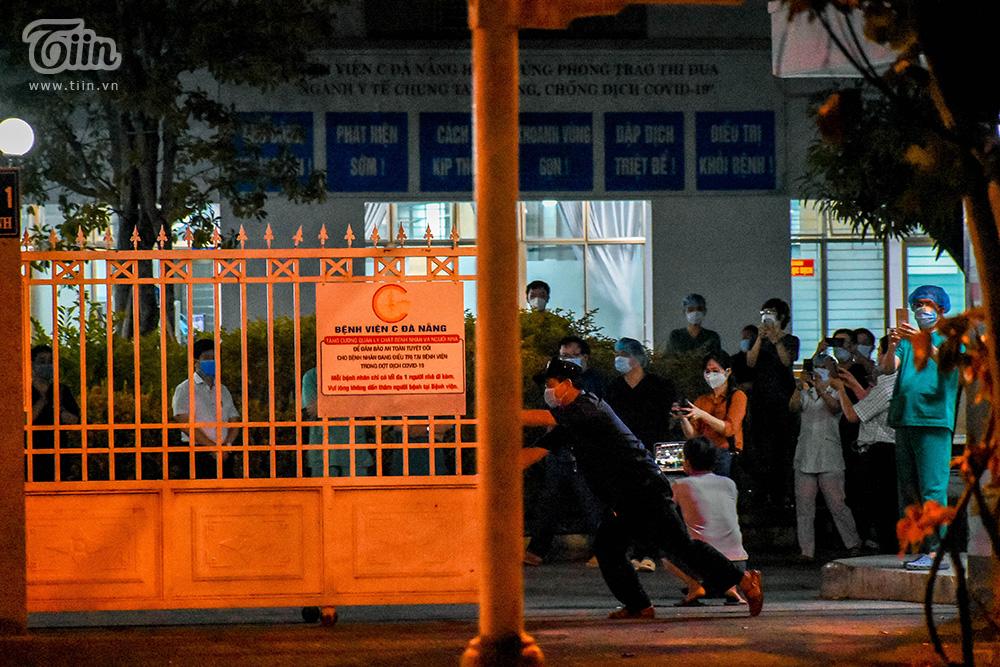 Đúng 0h ngày 8/8, thực hiện quyết định của Bộ Y tế, Bệnh viện C Đà Nẵng chính thức hết thời gian áp dụng lệnh cách ly. Nhiều cán bộ y tế của bệnh viện cùng bệnh nhân chờ đón khoảnh khắc đáng nhớ này.