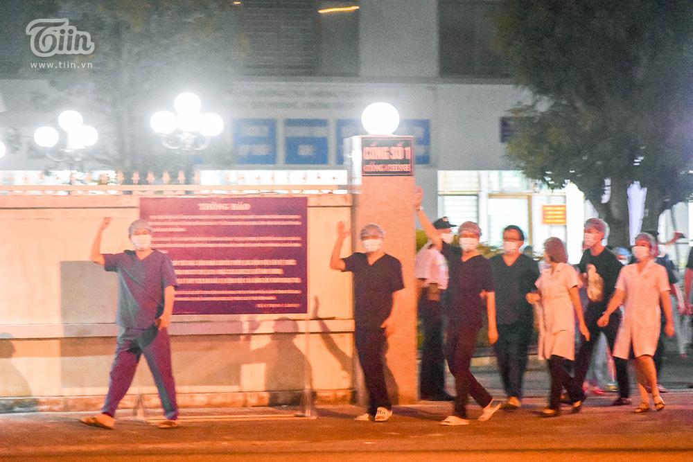 Các bác sĩ vẫy tay chào sau những ngày tháng cùng bệnh viện C triển khai các biện pháp phòng chống dịch Covid-19.