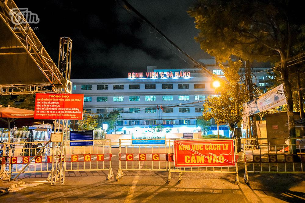 Theo ghi nhận, hiện rào chắn trước khu vực Bệnh viện C vẫn được giữ nguyên. Nhiều khả năng chỉ một số trường hợp bệnh nhân nằm trong điều kiện tiếp nhận của bệnh viện C mới được di chuyển vào bên trong.