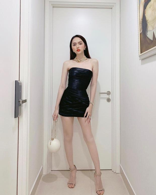 Trong khi đó, Hương Giang cũng diện cùng mẫu váy nhưng chỉ mix thêm vòng cổ và clutch đính đá của Chanel.