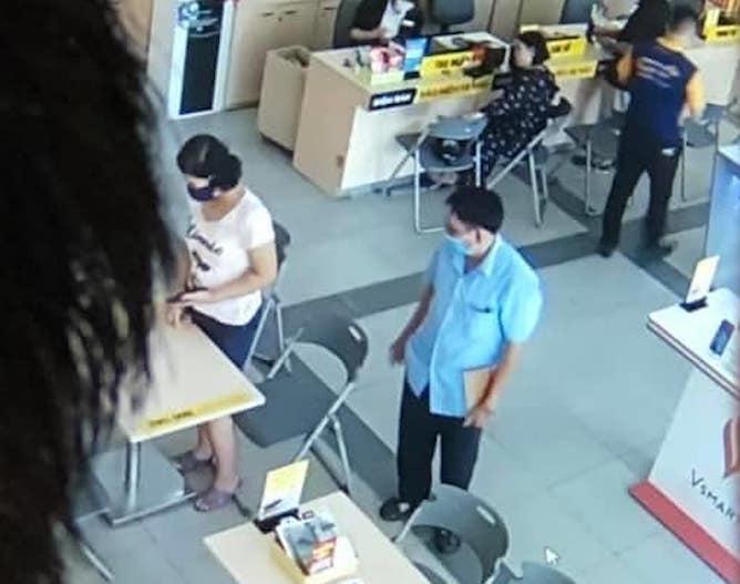Theo camera của siêu thị điện máy, cháu Quỳnh được một người đàn ông lạ dẫn đi mua điện thoại.
