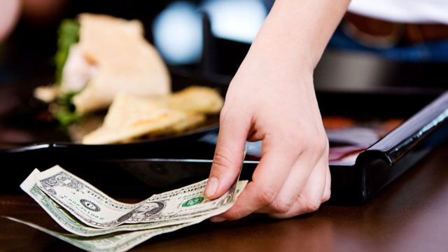Việc tip tiền hiện nay không phải là điều gì quá xa lạ. Ảnh minh họa.